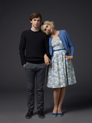 http://images6.fanpop.com/image/photos/38200000/Bates-Motel-Season-3-Norman-and-Norma-Bates-Official-Pictures-bates-motel-38218037-2249-3000.jpg